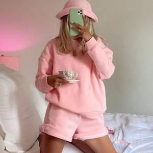 Rosa sweatshirt i super fin rosa färg dok lite mer neon rosa en på bilden👛 (lånad bild) ✨🐘