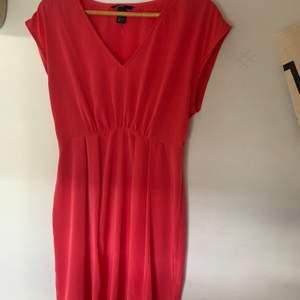 Jättesöt rosa klänning som tyvärr aldrig kommit till användning 🥺 färgen syns på andra bilden!