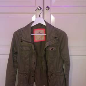 Holister jeans jacka i färg camoflage grön, bra kvalite. Säljer pga att den är för liten för mig. Strl S