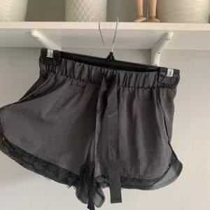Jättesöta pyjamasshorts i satin!🥰 Köpta i USA och använda max 3 gånger. Säljer då de tyvärr är försmå för mig :( ❤️