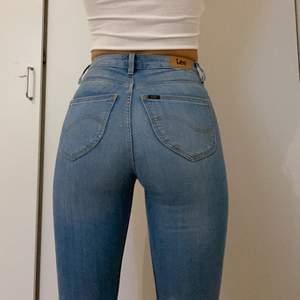 Jag har storlek M/S i byxor och brukar ha längd 30 och dom passar! möjligvis lite tajta i midjan! Använda få ggr. Dm för fler bilder elr fågor!💘