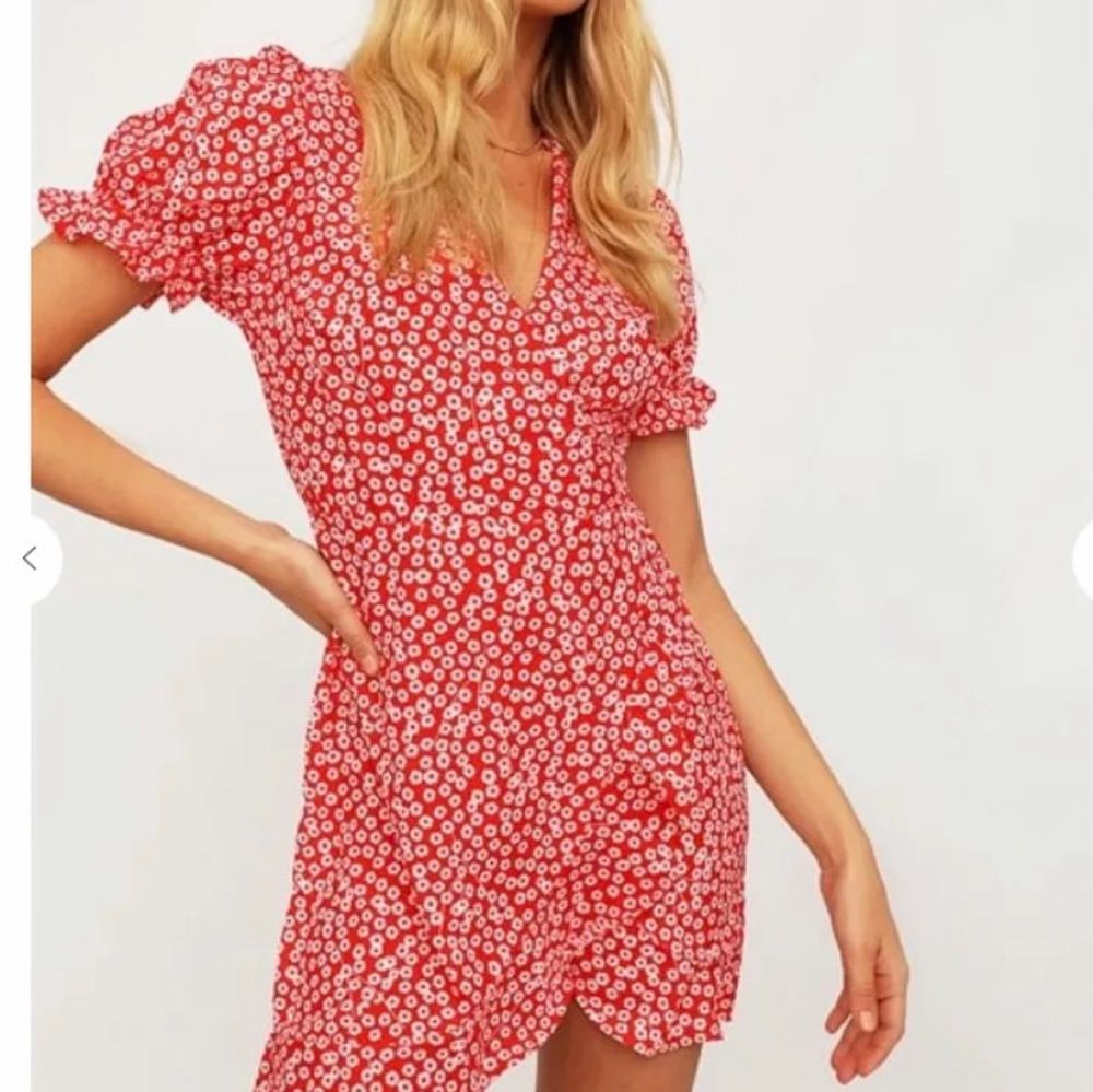Såå fin klänning som jag inte använder! Den är köpt för 500 från chiquelle och använd 2 gånger🧚🏼♀️🍓 frakt på 63kr. Klänningar.