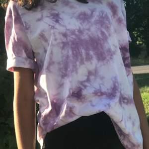 Hej! Denna t-Shirt kostar 70 kronor och finns i färgerna lila rosa och blå. Finns i strl XXS-XL. Skriv gärna till mig om du är intresserad av andra klädesplagg😊 Den på bilden är strl xs