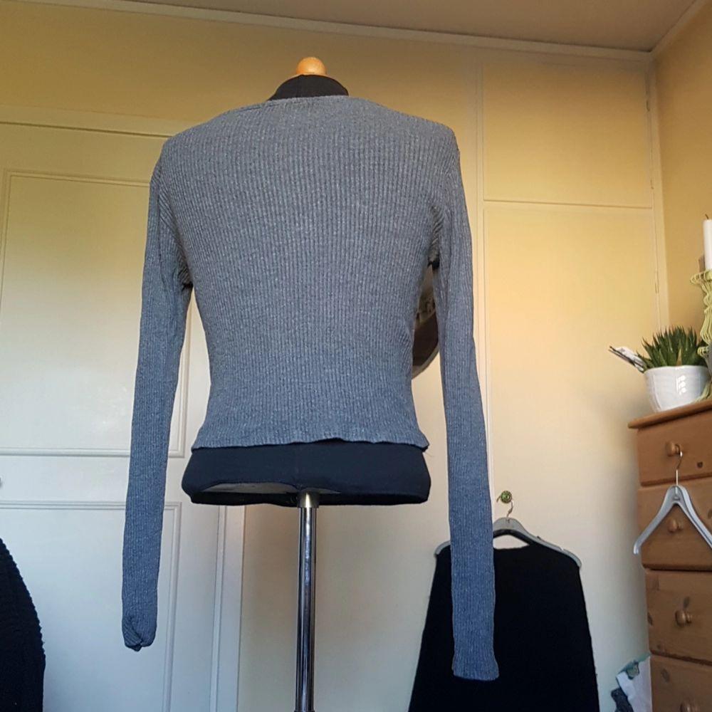 Denna enkla gråa långärmade tröja från brandy melville säljes då den inte används längre. Lite lång i ärmarna men går att antingen vika eller sy upp. Väldigt följsam i tyget. Passar S/M. . Tröjor & Koftor.