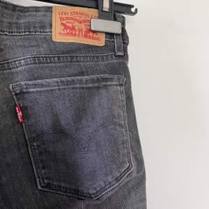 Gråa skinn jeans från Levis