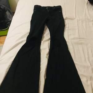 Svarta dr denim bootcut, modell Macy med hål på knäna. Storlek XS, använt fåtal gånger så väldigt bra skick.