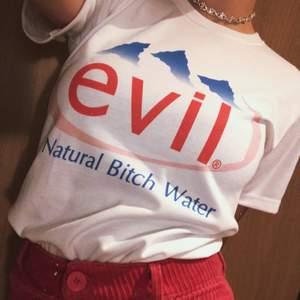 """Rolig t-shirt från Happy Monday, texten lyder """"evil, natural bitch water"""" och driver med vattenmärket evian. Lite tjockare än vanliga t-shirts men fortfarande stretchig. 💓🌊"""