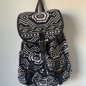 Mönstrad ryggsäck i svart och vitt. Får plats med mycket och är väldigt fin. Köpare står för frakt.