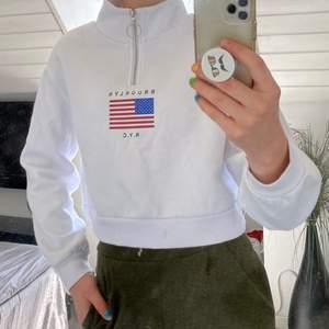 En croppad sweatshirt med polokrage som går att dra ner med dragkedja. Bekväm och snygg passform då den är något croppad. Storlek S men sitter snyggt även på en XS.