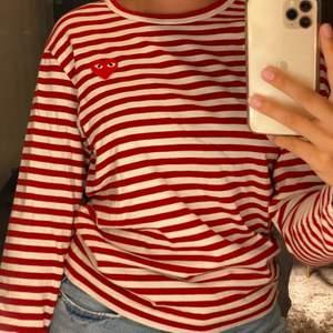 Röd randig tröja med ett hjärta på från cdg. Super fin!!
