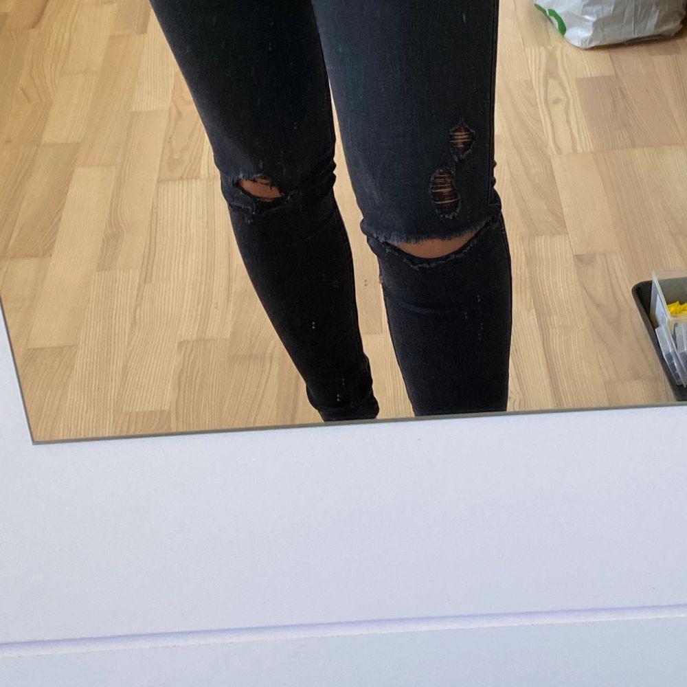 Använda rätt så mycket. Lite hål vid knäna. Storlek (tredje bild) . Jeans & Byxor.