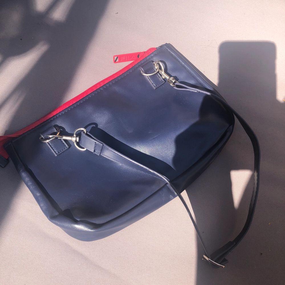 Köpt på second hand i Australien! Typ aldrig använd ❤️❤️. Väskor.