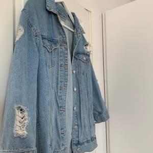 Jeansjacka från Gina med slitningar, inte använt på länge, bra skick!