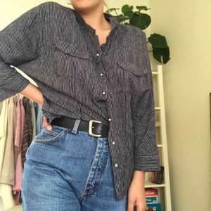 Intressekoll!  Ett av mina favvoplagg som jag tyvärr inte använder tillräckligt ofta. Jättefina pärlknappar!! Går att bära hur man vill, snygg både instoppad, knuten eller som vanligt. Köpt på humana, märke och storlek oklart men passar typ XS-M.