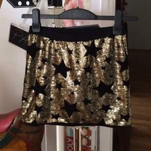En yk2-inspirerad kjol från Lindex som är så fin och i nyskick. Den är i storlek 150 och passar på en XS/S.