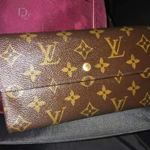Äkta LouisVuitton plånbok.Bra skick . tyvärr har inget kvitto eller så men är äkta. serial number #0919. Vintage modell  Betalning via Swish Levereras via post eller hämtas i Gävle.
