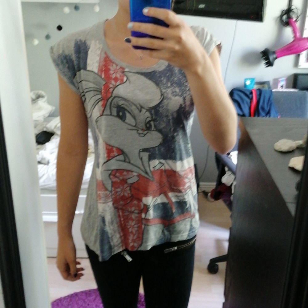 Skit cool tröja med tryck! 💖 Så häftig till svarta jeans o tex en skin jacka/ jeansjacka💖 Storlek M men passar S och XS också (varav jag är en S) 💖 baksidan är grå💖. T-shirts.