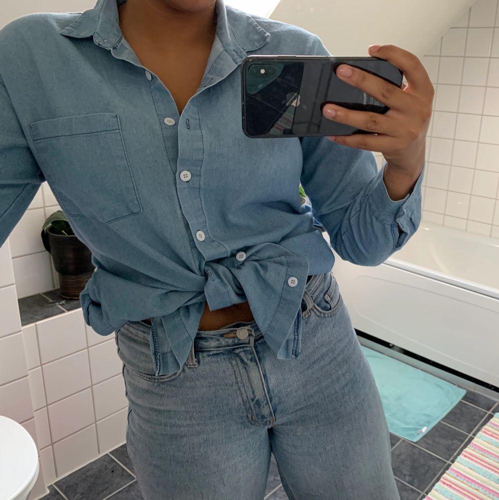 Blå lite längre skjorta (vet ej märket). PRIS: 60kr. Storlek M. Kan funka som en klänning beroende på hur kort man är.. Skjortor.