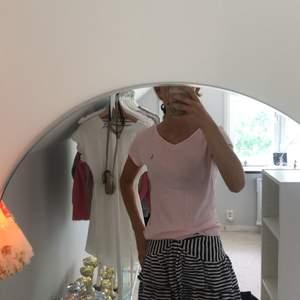 En jättefin ljusrosa v ringad T-shirt ifrån Ralph lauren. Tröjan är i ett väldigt bra skick och inte alls mycket använd. Tröjan passar mig som vanligtvis är en xs s.