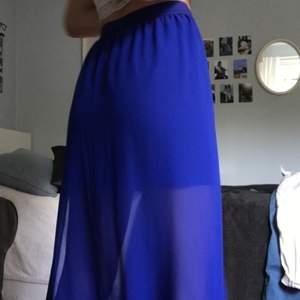 Blå, lång, sommarkjol!!!🧚🏻så fin färg, så skönt material, SÅ snygg<3 frakt tillkommer