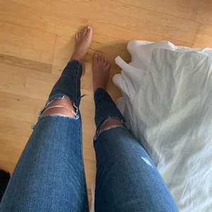 Slitna jeans från Levis i storlek 27👖 passar mig som har storlek S. Är i bra skick!🤩 200kr+frakt