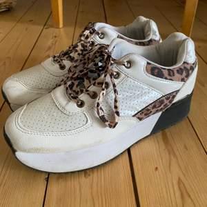 Ett par balla sneakers med hög platå. Älskar skosnörena 😍😍😍 skorna är knappt använda och är köpt second-hand. Läs gärna mina villkor! 🧚🏼💓🧚🏼💓