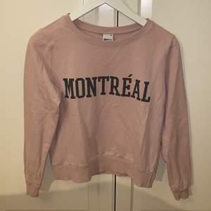 Tunnare sweatshirt från Gina tricot i storlek XS 💗💗 Tröjan är i mycket fint skick och är oanvänd. Samfraktar gärna med andra plagg och betalning sker via Swish <33