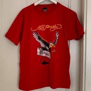 snygg ed hardy t-shirt, jättefint skick!! strl M herr, 250 kr + frakt eller bud i kommentarerna, kan mötas i gävle✨