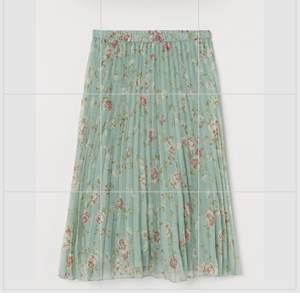 En så skön kjol i fint blommigt material, färgen syns bäst på bild ett. Kjolen är i strl S och är aldrig använd med prislapp kvar, hör av dig om du har några frågor✨💕