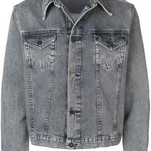 Jeans jacka från Calvin Klein i storlek L. Limited edition. Använd 1 gång. Fler bilder kan skickas😊