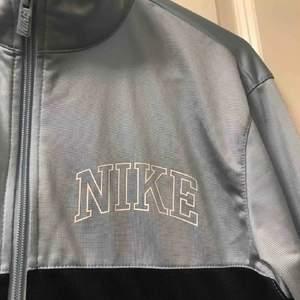 Nike kofta med en riktig palm angels vibe storlek 13-15 år men passar XS utmärkt!