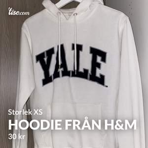 Hoodie från H&M i storlek XS. Använd fåtal gånger och i fint skick. Frakten kostar 50kr 😊