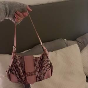 Tänkte göra en intressekol på min ursnygga fendi väska som är vintage pink. Den kommer inte till så mycket användning. Den är sjukt unik och köpt på Vestiaire Collective och äkthetskort finns. Väskan är i använt skick   Budgivning i kommentarerna om många blir intresserade. Högsta bud just nu: 2200kr