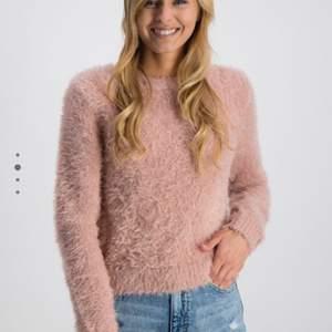 Rosa färg tröja från H&M, i bra skick då den inta har kommit till användningen mer än 2 ggr💖 priset kan diskutera vid en snabb affär 😀