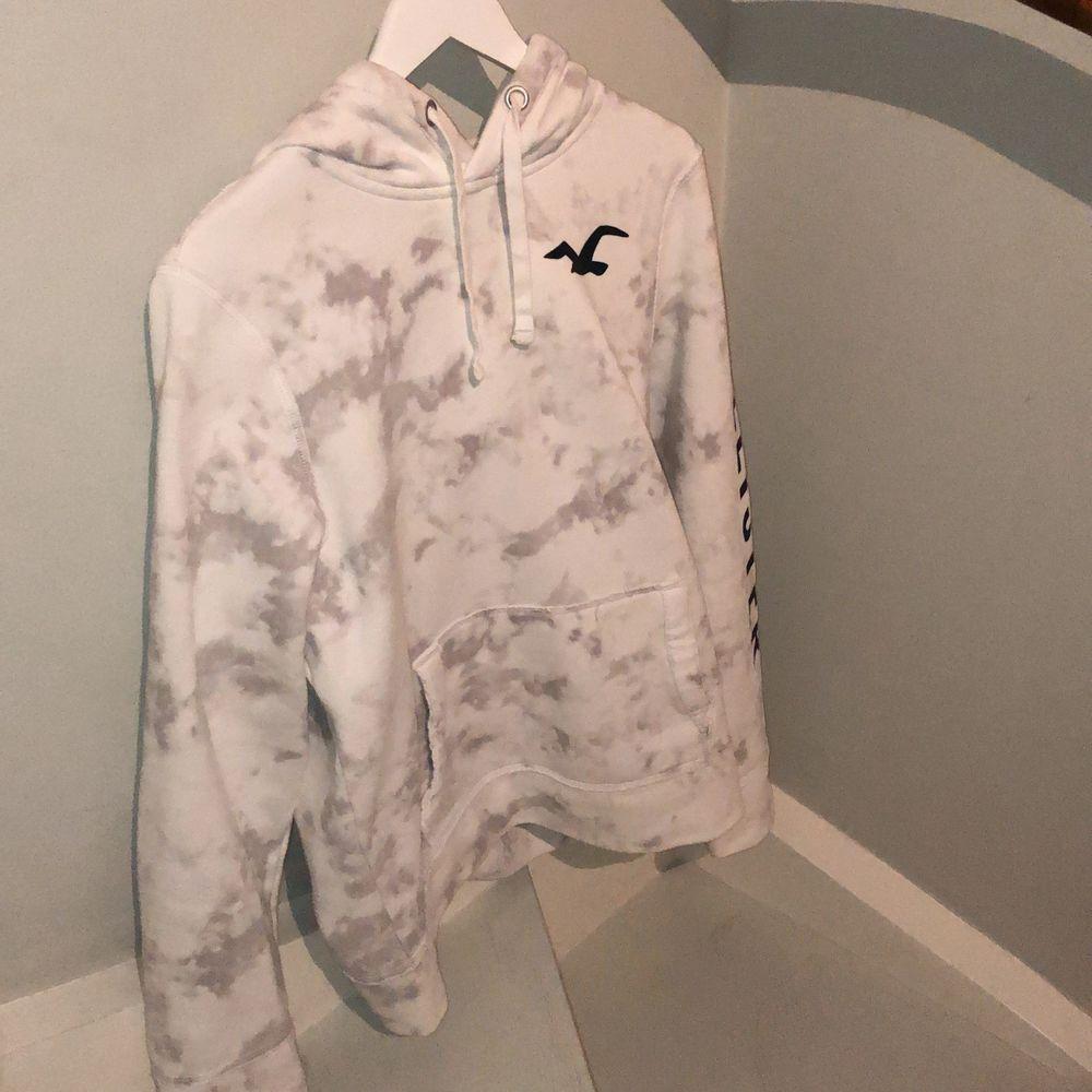 Skitsnygg vit hoodie från Hollister. Nyköpspris ligger runt 1200kr. Använt fåtalet  gånger, kontakta gärna vid intresse😇. Huvtröjor & Träningströjor.