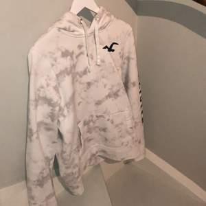 Skitsnygg vit hoodie från Hollister. Nyköpspris ligger runt 1200kr. Använt fåtalet  gånger, kontakta gärna vid intresse😇
