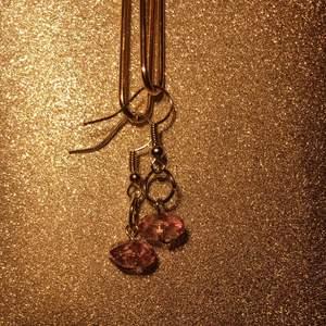 Hangjorda minimalistiska jusgula pärlörhängen med silver hängen✨💜