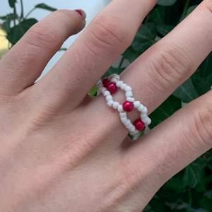 Egengjord ring, finns i alla storlekar. Finns äve i fler färger, hör av dig om du vill ha bild på andra färger. 20 kr st, eller 2 för 30kr. Frakt tillkommer på 11kr!