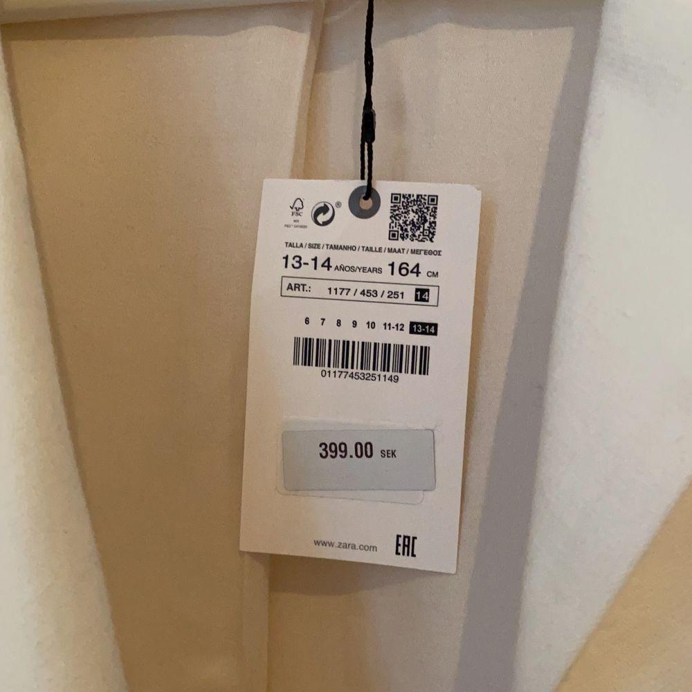 En vit linne kavaj från Zara! Storlek 13-14 men jag tycker personligen att den passar mer en XS! Prislappen är fortfarande kvar! Köpte den tidigt i sommras och har aldrig kommit till användning, säljer nu för 150kr plus frakt🌛🐚🌻. Jackor.
