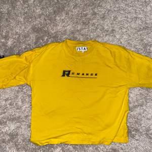 En gul tröja med tryck, storlek S, nypris 400kr