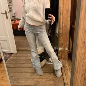 🎀 Smickrande Wrangler jeans med låg midja,                   🐻 i övrigt super gott skick förutom lite rivningar vid rumpan (syns i bild två)