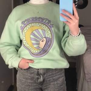 Säljer min fina pastellgröna sweatshirt från asos💞 Den sitter oversized på mig som vanligtvis är en S/M🤩 köparen står för frakten🥰