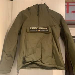 En fin grön vinterjacka med ficka framtill samt en huva. Storlek S & säljer för 300 kr inklusive frakt💘