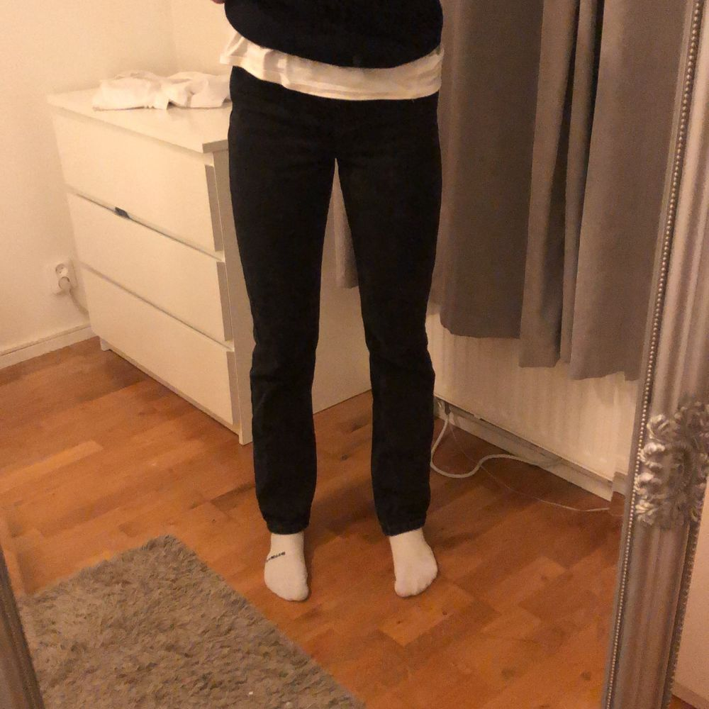 Långa raka jeans från Nelly. Skit snygga och lätta att klä upp. Långa på mig som är 176cm.  Ord. Pris 599kr. Jeans & Byxor.