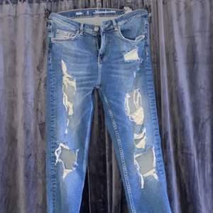 Mom jeans från bikbok som inte längre finns. Har aldrig använt dem mer än när jag testade dem hemma. Storlek S! passar XS med. Nypris: 600kr 🤎 Mitt pris: 160 inklusive frakt