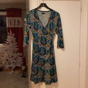 Oanvänd klänning från King Louie. Storlek M. Faller snyggt och efter kurvorna. Nypris 1200kr.