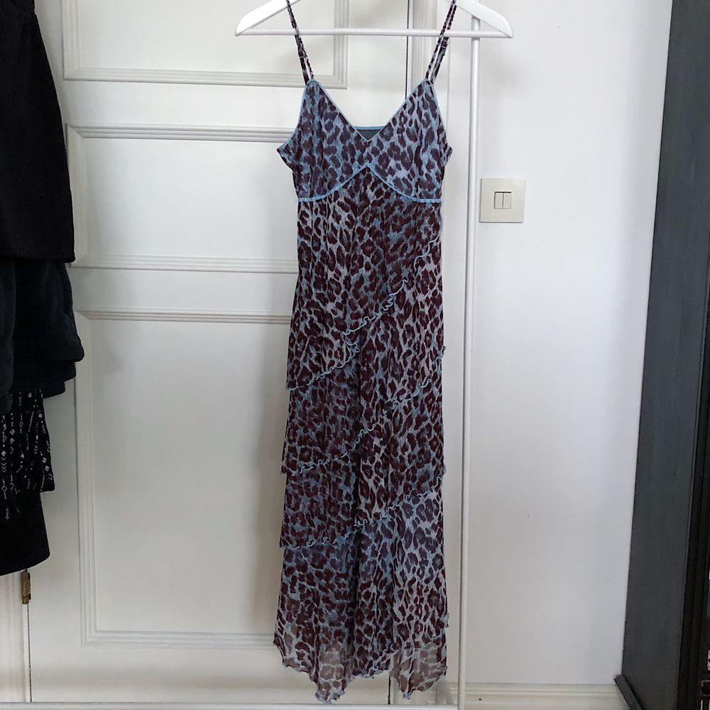 Super fin klänning! mesh och volang vintage klänning från MEXX. Klänningen är i toppen skick och har inga defekter. Storleken är xs men passar mig som vanligtvis har storlek s/m. Justerbara axelband. Klänningen går till knäna på mig som är 172 cm 🦋. Klänningar.