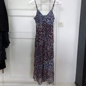 Super fin klänning! mesh och volang vintage klänning från MEXX. Klänningen är i toppen skick och har inga defekter. Storleken är xs men passar mig som vanligtvis har storlek s/m. Justerbara axelband. Klänningen går till knäna på mig som är 172 cm 🦋