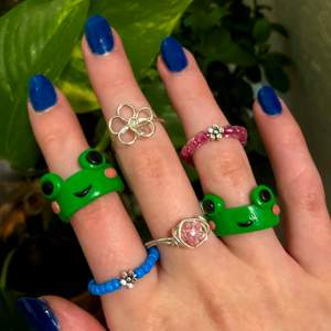 Super gulliga nya ringar, info i andra bilden💕 Metall ringarna är silverpläterade. Grod ringarna är slut! Följ gärna mitt smyckes konto.🥰