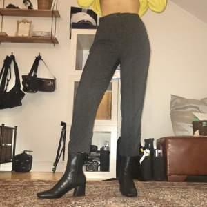 Dressy grå byxor från Monki i storlek 32. Högmidjade med resårband i svanken, så 32 funkar för mig som vanligtvis har 34.